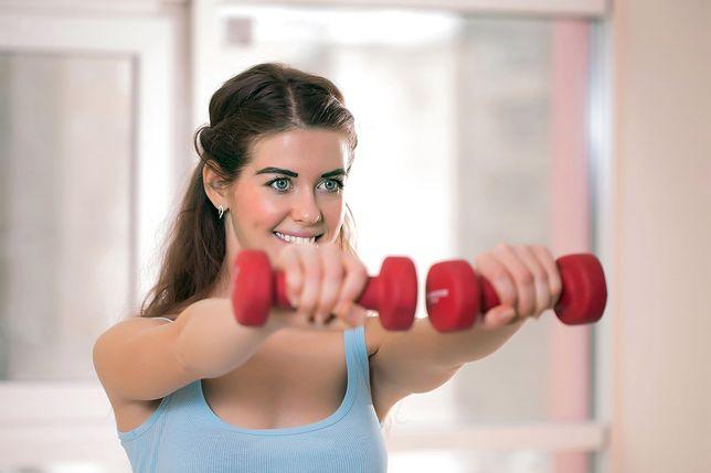 Ćwiczenia np. z hantlami pomogą wymodelować górne partie ciała