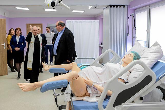 Rzeszów. Ksiądz poświęcił fantom porodowy w Centrum Symulacji Medycznej.