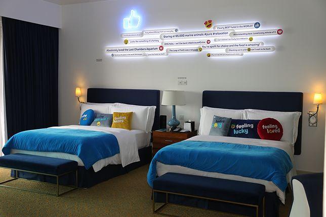 Nad łóżkami znajdują się dekoracje rodem z Facebooka