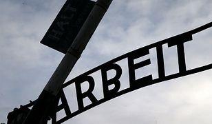 Brama dawnego hitlerowskiego obozu Auschwitz