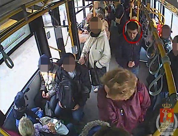 Poszukiwany sprawca kradzieży w warszawskim autobusie. Zerwał kobiecie kolczyki z uszu