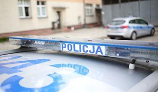 Warszawa. Kierowca auta staranował słup i uciekł. Zatrzymano dwie osoby