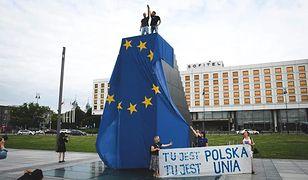 Warszawa. Na szczyt pomnika weszli Arkadiusz Szczurek i Tadeusz Kaczmarski. Zostali zatrzymani, ale wypuszczono ich wieczorem. Flaga została w policyjnym magazynie