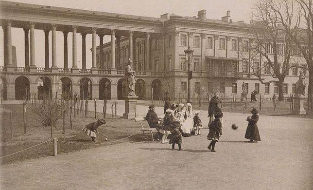 Warszawa. Od 1944 roku po budowli, zburzonej przez Niemców po Powstaniu Warszawskim, pozostał jedynie fragment, w którym jest Grób Nieznanego Żołnierza