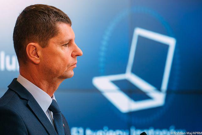 Dariusz Piontkowski, minister edukacji, zachęca do korzystania z rządowej aplikacji
