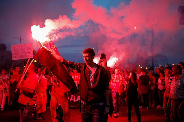 Chuligani, pieniądze i wojna hybrydowa. Rosja miesza na Bałkanach