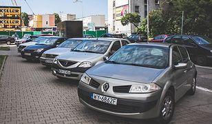 Aktualne miejsca parkingowe są zbyt wąskie dla wielu aut.