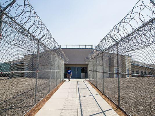 USA: bunt więźniów w zakładzie karnym, strażnicy i terapeuta zakładnikami
