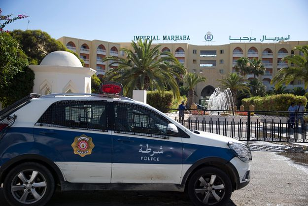 Radiowóz przed hotelem, na terenie którego doszło do ataku