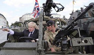 Brytyjscy żołnierze w Warszawie z byłym ministrem spraw zagranicznych Borisem Johnsonem