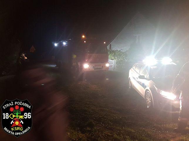 Straż pożarna oświetla teren morderstwa.