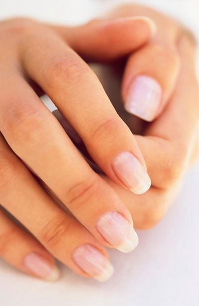 Białe plamy na paznokciach oznaczają niedobór wapnia