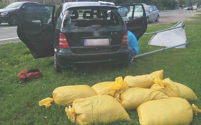 Sprawca potrącenia policjantów przewoził nielegalny tytoń. (KMP Nowy Sącz)