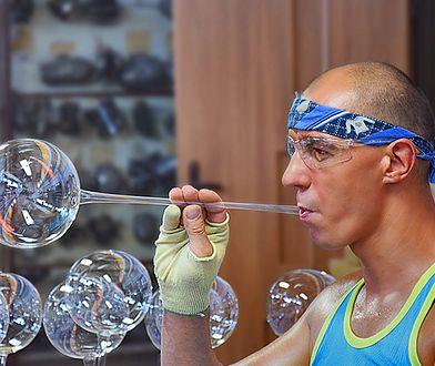 W temperaturze 650 st. C szkło zaczyna być plastyczne i wprawny fachowiec może stworzyć m.in. przezroczystą kulę