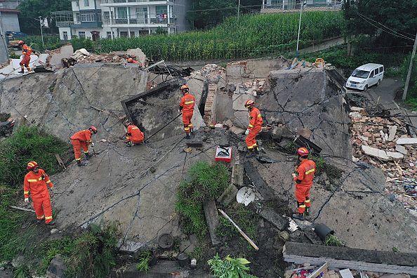 Ratownicy szukają ocalałych i wynoszą ciała ofiar spod gruzów budynków