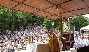 Wierni obecni na mszy św. w Kalwarii Zebrzydowskiej
