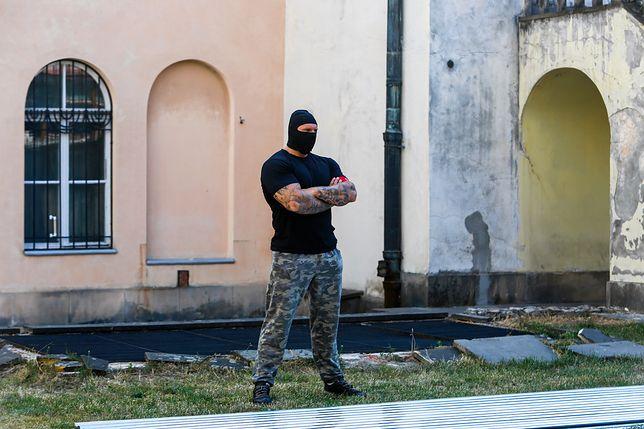 Kraków. Ochroniarze pilnują wejścia do synagogi