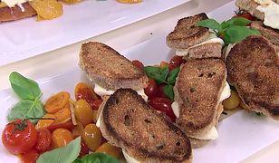 Niecodzienne pomysły na tosty: z kiełbasą oraz bundzem i smażonymi pomidorami