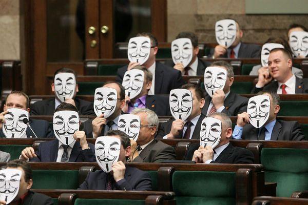 Posłowie Ruchu Palikota w maskach Guya Fawkesa, symbolizujących ruch Anonymous