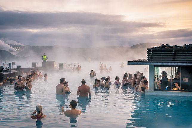 Na Islandii, oprócz źródeł naturalnych, są jeszcze dobrze zorganizowane komercyjne miejsca - Thermal baths - najczęściej kompleksy basenów na otwartym powietrzu