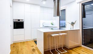 Okap kuchenny oczyszcza powietrze, które ze względu na opary z patelni i garnków staje się mało przyjazne dla domowników.