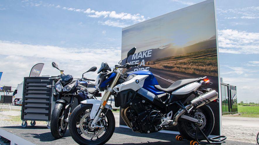 Motocykl BMW skręca, hamuje i przyspiesza bez kierowcy. (depositphotos)