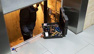 Szwecja - spędził 3 doby uwięziony w zepsutej windzie. Uwolnili go mechanicy.