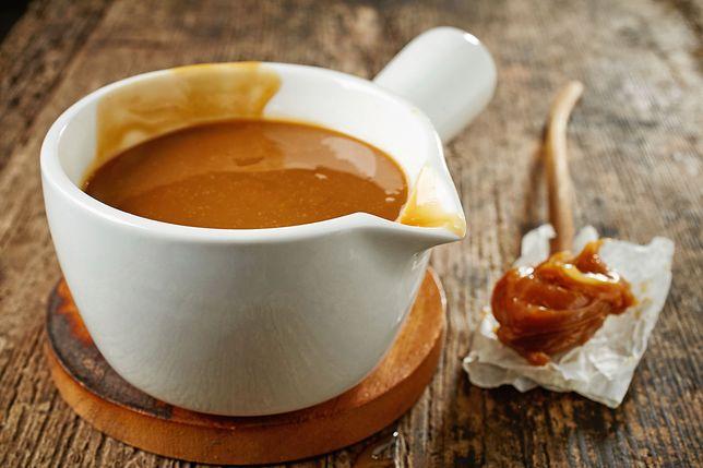 """Kajmak znany jest na świecie również pod nazwą dulce de leche, chociaż w naszym kraju często usłyszymy także po prostu o """"masie krówkowej"""" lub """"sosie karmelowym"""". Przepisy z kajmakiem"""