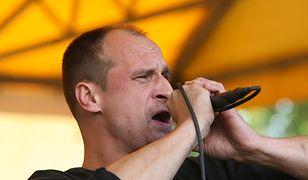 Kukiz prezentuje swoje muzyczne umiejętności. Śpiewa o Gowinie i Tusku
