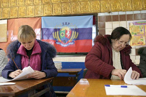 Mieszkańcy Ługańska przy urnach wyborczych