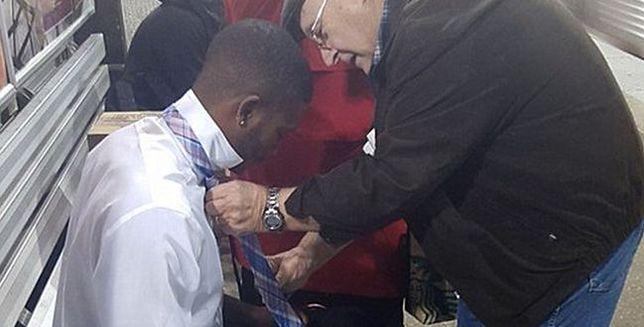 Przypadkowy staruszek uczy chłopaka wiązać krawat