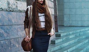 Dzianinowe spódnice świetnie noszą się z kamizelkami w ciepłych, jesiennych stylizacjach