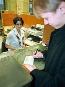 Bankowcy przeganiają klientów sprzed okienek