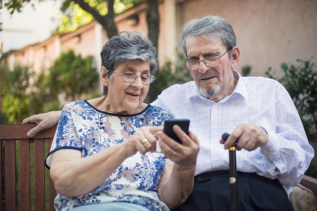 seniorzy i telefon