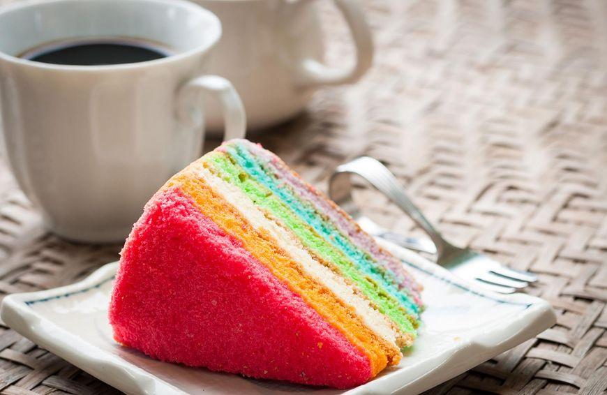 Tort tęczowy zrobi wrażenie także na gościach