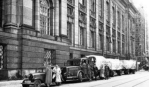 Kolejny transport ewakuacyjny stoi przed gmachem Preussische Staatsbibliothek gotowy do wyjazdu z Berlina