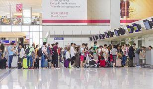 Kolejka do odprawy bagażowej często ciągnie się przez połowę hali odlotów