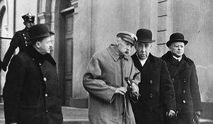 Józef Piłsudski w otoczeniu współpracowników