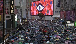 Ulice Hongkongu przypominały w niedzielę rzekę parasolek