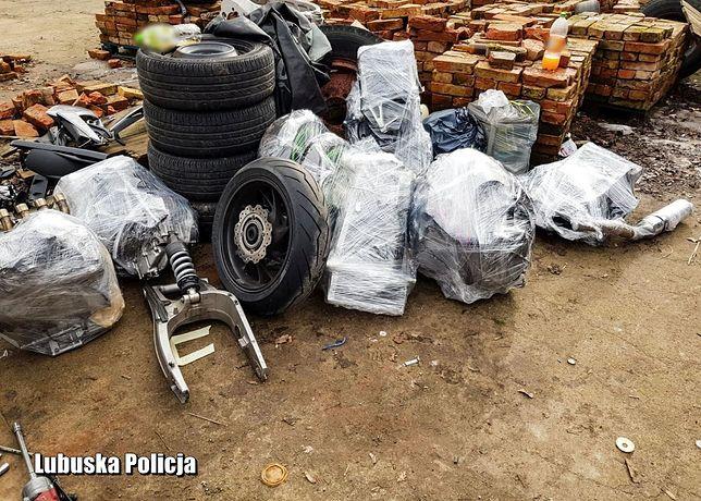 Policjanci znaleźli skradzione motocykle rozebrane na części.