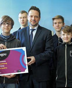 Sto złotych na każdego ucznia. Trzaskowski ogłasza nowy program