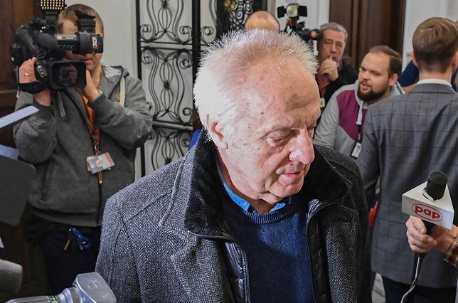 Poseł PSL-UED Stefan Niesiołowski rozmawia z dziennikarzami