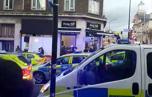 30 uczniów brutalnie pobiło policjantów w Londynie
