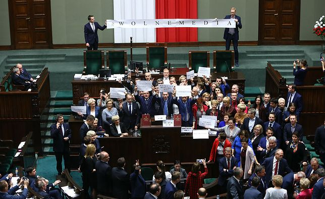 Opozycja okupowała mównicę w Sejmie