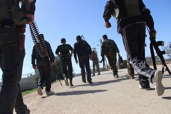 Syryjscy rebelianci w pobliżu miasta Hama