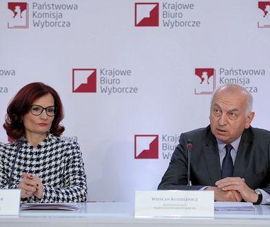 Wybory parlamentarne 2019. Przewodniczący Państwowej Komisji Wyborczej Wiesław Kozielewicz oraz sekretarz PKW Magdalena Pietrzak