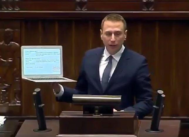 Poseł PO z laptopem na mównicy sejmowej: nazwisko Piotrowicz na stronie o stanie wojennym
