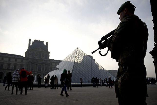 Żołnierz francuski strzeże Luwru.