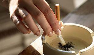 Większość palaczy zrywa z nałogiem bez pomocy