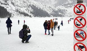 Tatry. Pod turystami załamał się lód na Morskim Oku